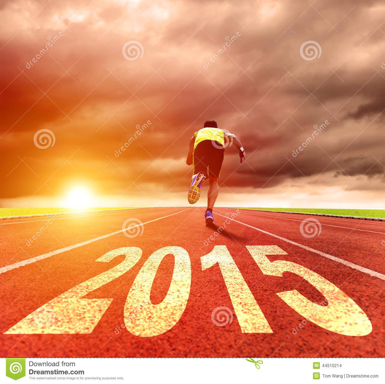 2015_feliz-año-nuevo-hombre-joven-que-corre-con-salida-del-sol-44510214